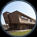 Casa de acero y tierra cruda